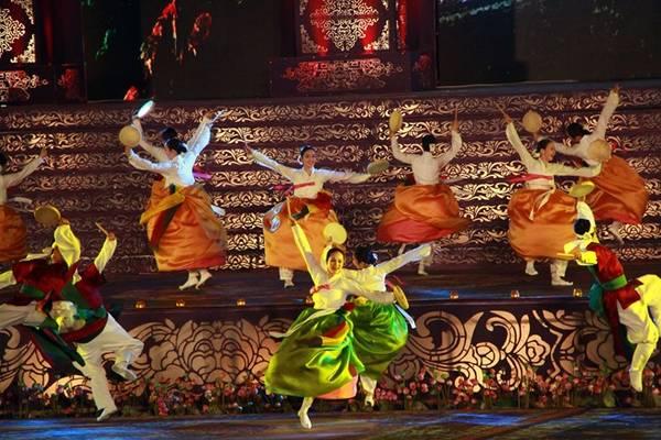 Le-khai-mac-hoanh-trang-nhat-lich-su-cua-Festival-Hue-ivivu3