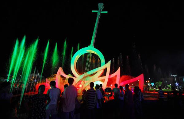 Biểu tượng đờn kìm cách điệu và phun nước nghệ thuật tại quảng trường Hùng Vương