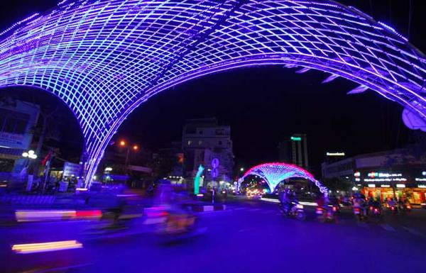 Trang trí đèn chiếu sáng nghệ thuật trên đường Trần Phú