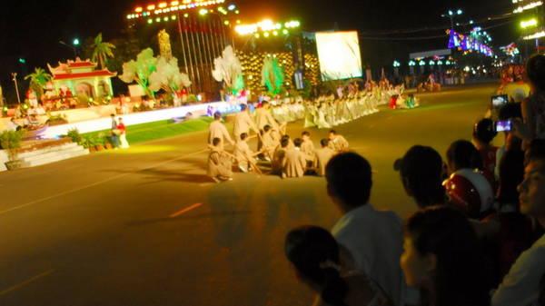 Người dân TP.Bạc Liêu xem diễn tập chương trình khai mạc festival