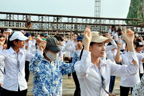 Hàng ngàn người luyện tập trên đường Hoàng Quốc Việt.