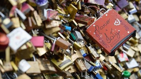 """Pháp kêu gọi chiến dịch """"giải cứu"""" cho cây cầu tình yêu"""