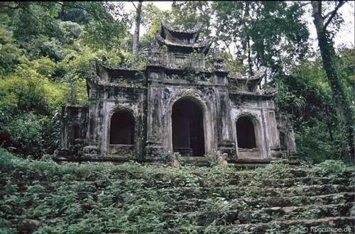 Mái chùa cổ hoang phế.