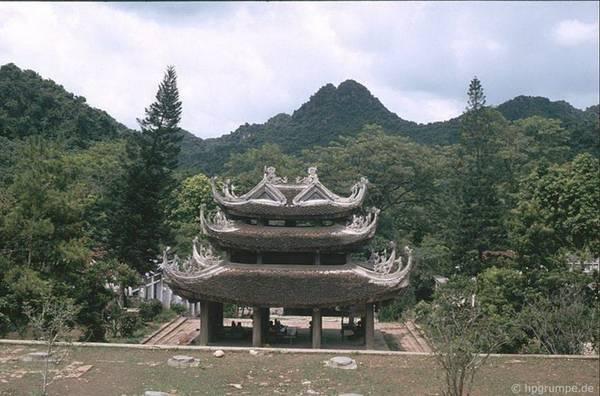 Tháp chuông chùa Hương.