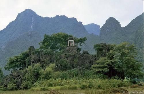 Một miếu thờ nhỏ cheo leo trên vách đá.
