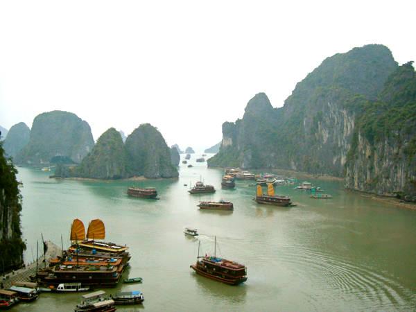 Đi du thuyền trên vịnh Hạ Long