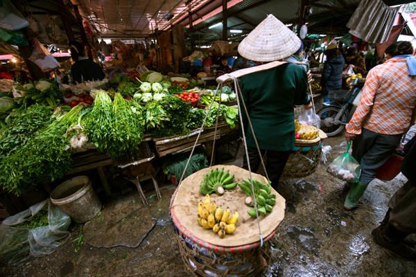 Luồn lách vào các khu chợ bình dân