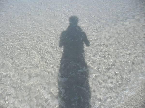 Nước biển Quan Lạn trong văn vắt, cát trắng mịn.
