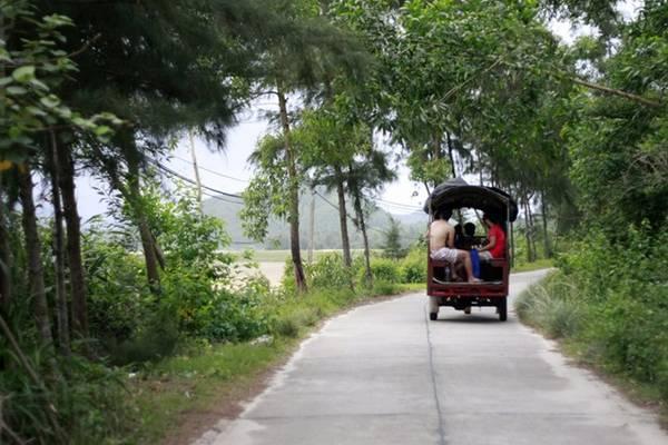 Phương tiện giao thông chủ yếu ở Quan Lạn là xe tuktuk