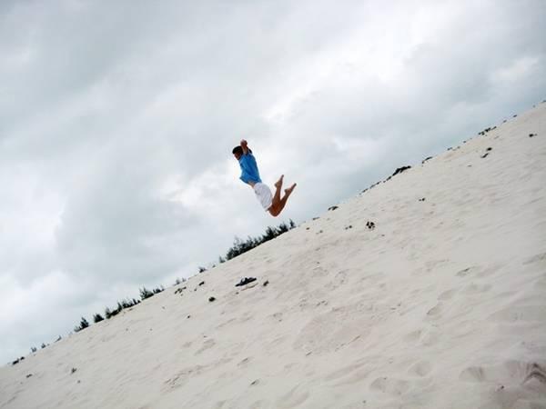Đến Quan Lạn thỏa sức nhảy cát.