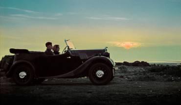 Cuối cùng, là hình ảnh hai vợ chồng đang chạy xe trong khung cảnh hoàng hôn tuyệt đẹp. Ngay sau khi chuyến đi của họ kết thúc, ngày mùng 1 tháng 9 năm 1939, Hitler ra lệnh cho Đức tấn công Ba Lan, ngày 3 tháng 9 năm đó Anh và Pháp tuyên chiến với Đức chiến tranh thế giới thứ 2 chính thức bùng nổ.