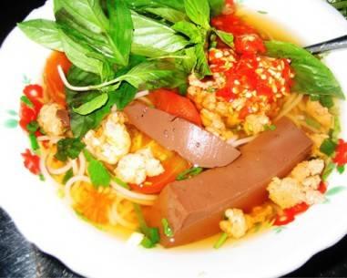 Tô bún riêu hấp dẫn từ màu nước lèo đến miếng tiết, cà chua hay tảng thịt cua. Ảnh: Huyền Châu