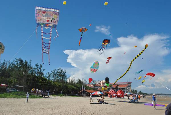 Hàng trăm con diều được các nghệ nhân thả chạy dọc theo bãi biển