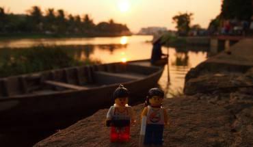 Cặp đôi đang đón những tia nắng cuối cùng trong ngày tại phố cổ Hội An (Quảng Nam)