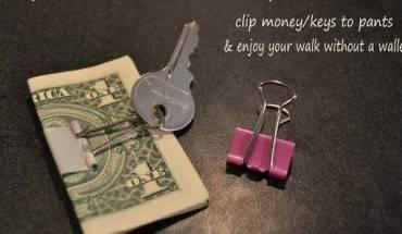 Bạn có thể dùng chiếc kẹp giấy kẹp cả tiền và chìa khóa vào lại như thế này. Bạn có thể giữ chúng như vậy và gắn vào dây thắt lưng hoặc quần áo nếu bạn muốn để ví tiền tại phòng khách sạn.