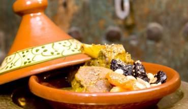 Món Tagine của Ma-rốc Món ăn này được đặt theo tên của dụng cụ để đựng (là cái đĩa bằng đất nung được trang trí với chiếc vung hình nón điển hình) vừa chỉ thức ăn bên trong đó (món rau gồm có thịt, gia cầm, cá và rau nướng chín). Thưởng thức món ăn và bạn sẽ hiểu tại sao Tajine lại là món ăn dân tộc của người Ma-rốc.
