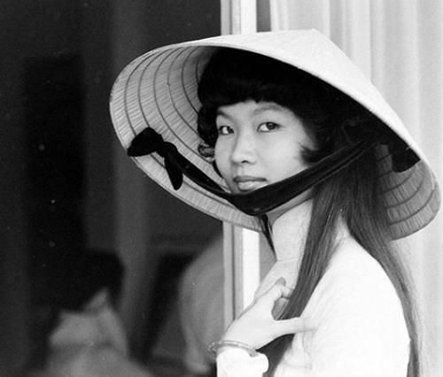 Áo dài kết hợp với chiếc nón lá là biểu tượng cho vẻ đẹp Việt