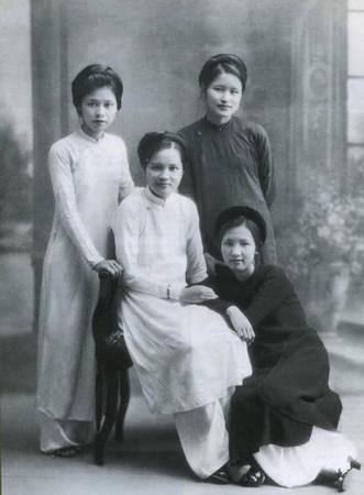 Trong tà áo dài, người phụ nữ Việt rất kín đáo và đoan trang