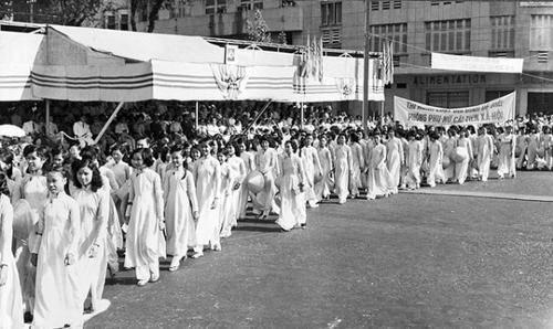 Chị em mặc áo dài diễu hành mừng ngày Quốc tế phụ nữ 8/3/1960.