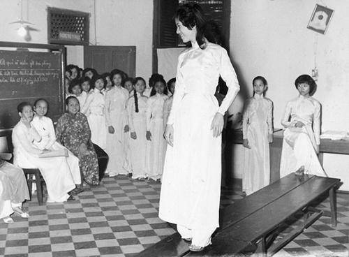 Các nữ sinh tại cuộc thi cắt may áo dài