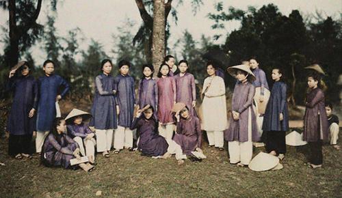 Nữ sinh Đồng Khánh (Huế) trong tà áo dài màu tím.