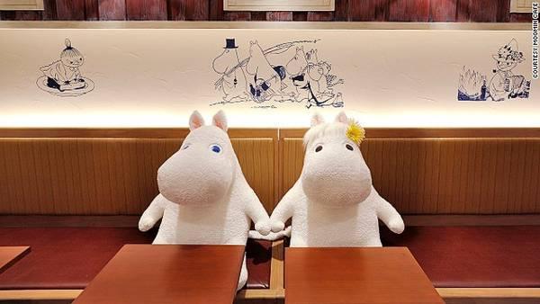 Nhiều bàn ăn, chủ quán cho bài trí hai chú thú nhồi bông, bao gồm Mumi và bạn gái Snork Maiden