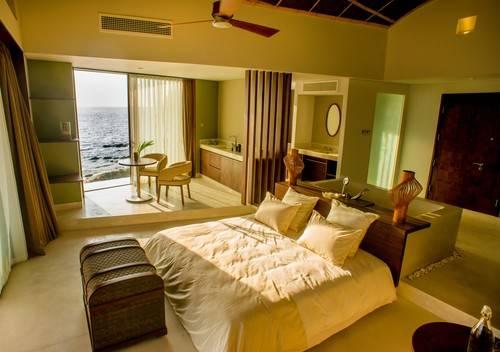 Nội thất của phòng khách sạn được sắp đặt theo phong cách sang trọng