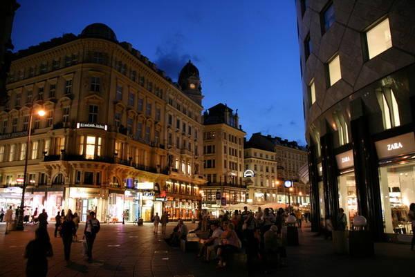 Khi đêm xuống, du khách đổ về công viên Stephansplatz và đường Graben ở thủ đô Vienna, Áo