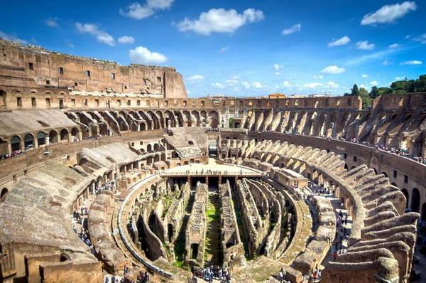 Du khách tham quan bên trong Colosseum ở Roma