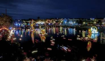 Tham gia lễ hội trăng rằm tại Hội An, Việt Nam