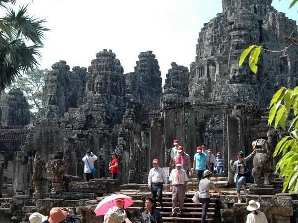 Du khách Việt Nam thăm đền Bayon.