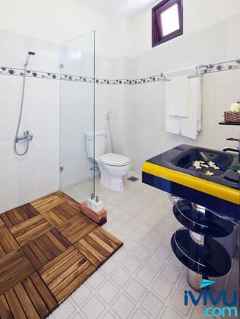 Mảnh gỗ đặt trong nhà tắm kết hợp với dòng nước mát tuôn chảy từ vòi hoa sen tạo sự cân bằng âm dương giúp thư giãn cơ thể.