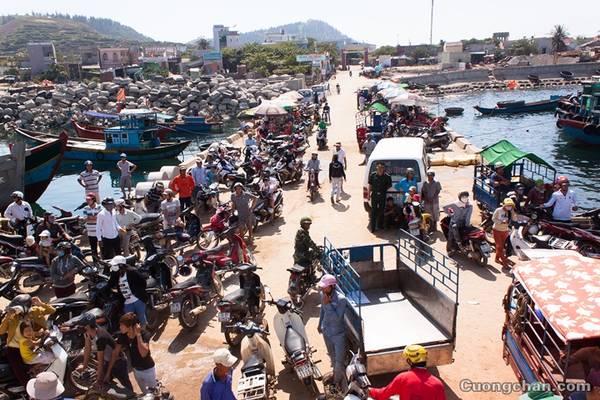 Cảnh mua bán náo nhiệt tại Lý Sơn