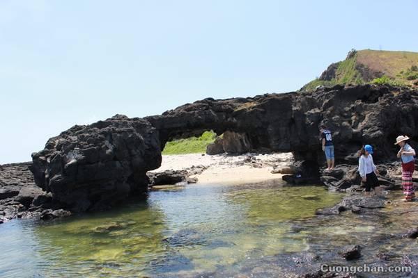 Cổng Tò Vò rất đẹp và nước biển xanh mát.