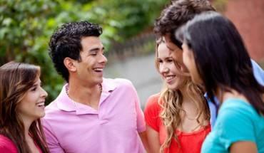 Trò chuyện là cách để các bạn thêm hiểu nhau. (Ảnh: ST)