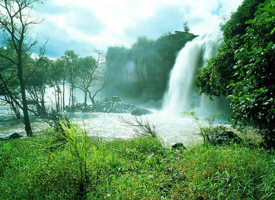 Một thác nước hùng vĩ ở rừng Yok Đôn
