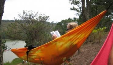 Thong thả nằm đọc sách trong thung lũng tình yêu