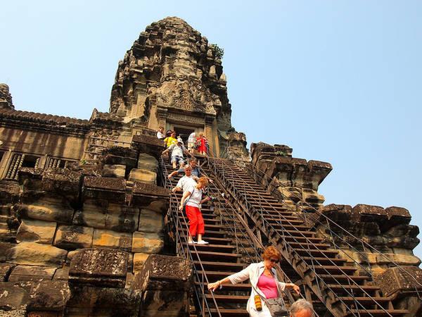 Leo lên đỉnh tòa tháp, nơi bạn có thể phóng tầm mắt nhìn ngắm vẻ đẹp của nôi đây.