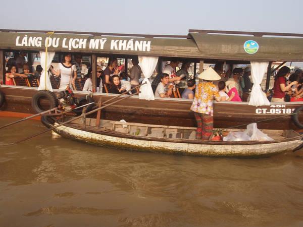 Đi dạo chợ nổi trên những chiếc thuyền đông đúc như thế này, sẽ khiến bạn không cảm nhận được hết vẻ đẹp của khu chợ.