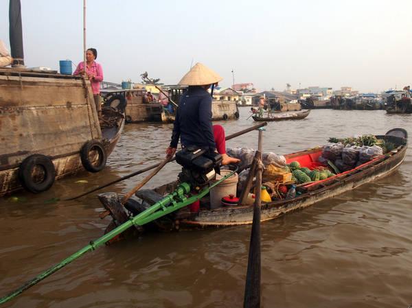 Tôi khá ấn tượng khi nhìn thấy những người phụ nữ lái thuyền bằng chân.