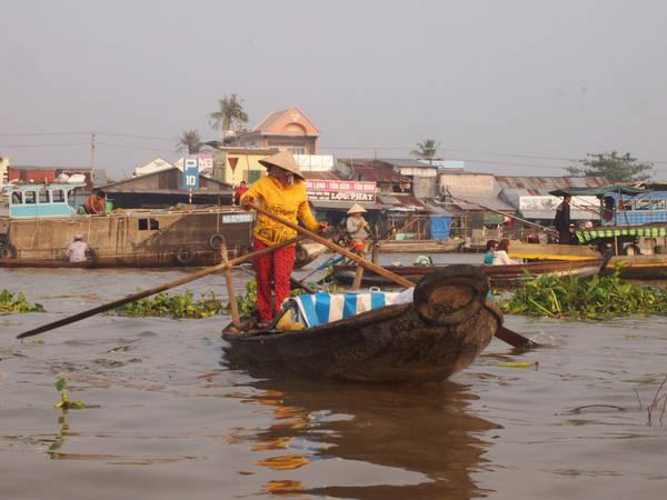 Hầu hết nhưng chiếc thuyền nhỏ đều được điều khiển bởi những người phụ nữ.