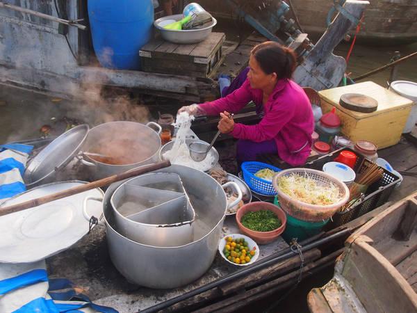 Sau một hồi dạo chợ, nếu cảm thấy đói bạn có thể thưởng thức những tô canh bún nóng hổi.