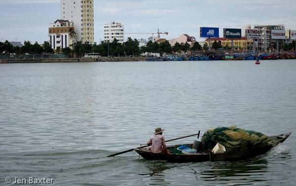 Chiếc thuyền đáng cá trên sông.