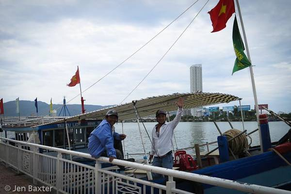 Những chiếc thuyền  neo sẵn, đón khách đi dạo trên sông.
