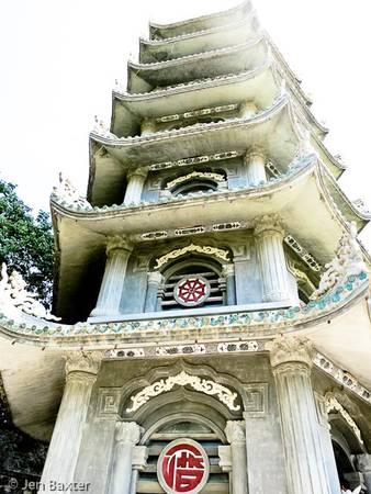 Một ngôi chùa trên núi Ngũ Hành Sơn.