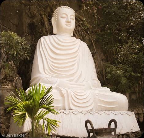 Một bức tượng Phật ấn tượng trên núi.