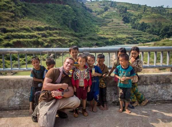Chụp hình kỷ niệm với những em nhỏ địa phương.