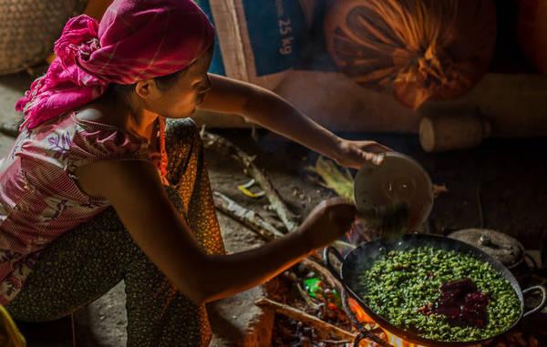 Một phụ nữ đang chuẩn bị bữa ăn