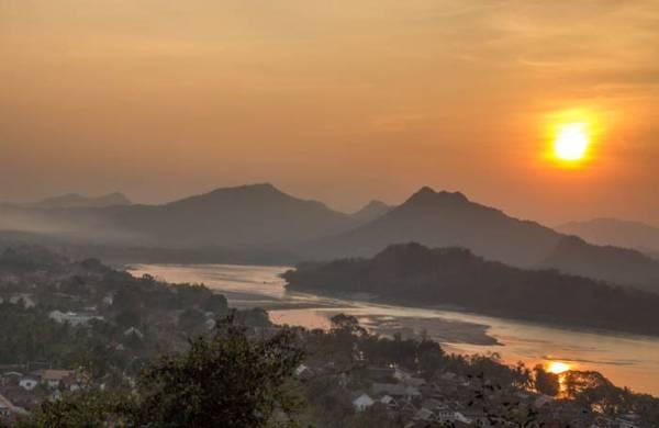 Khung cảnh ấn tượng nhìn từ đỉnh núi Phou Si