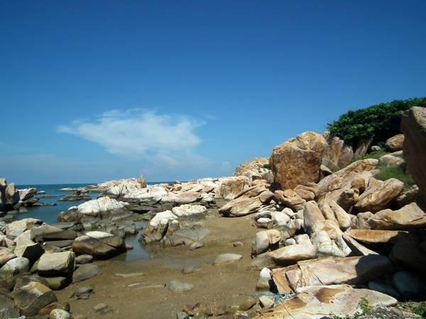 du lịch Phan Thiết - Bạn sẽ được nhìn thấy ngay bãi đá ấn tượng này khi thuyển cập bờ.